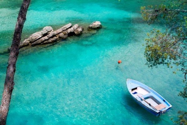 čamac na vodi