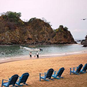Puerto Angel, okružen kamenitim brežuljcima