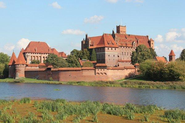 cigleni dvorac u poljskoj